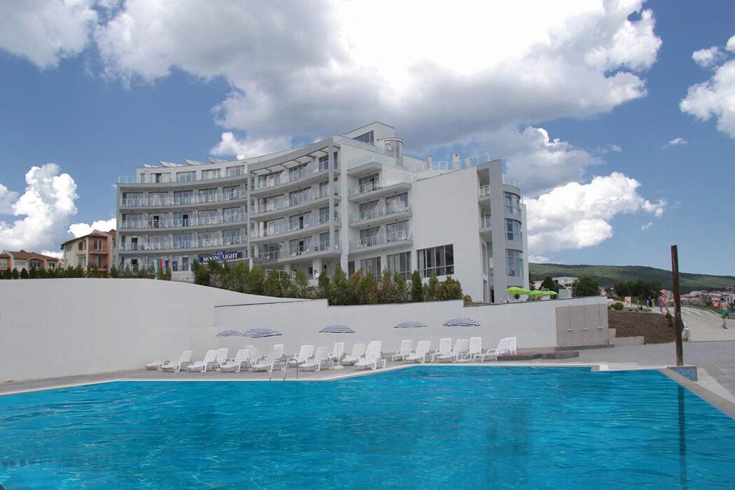 Hotel Moonlight - widok na budynek z basenu
