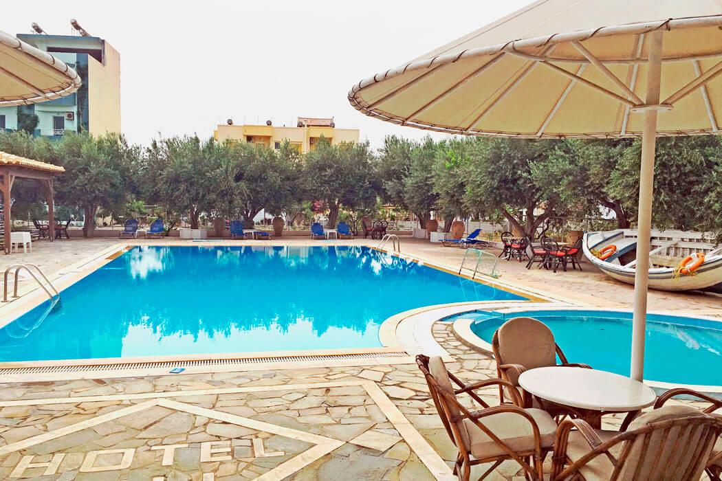 Lili Hotel - stolik przy basenie - miniatura